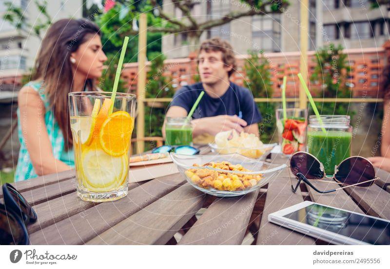 Frau Natur Mann Sommer grün Erwachsene sprechen natürlich Paar Freundschaft Frucht Freizeit & Hobby frisch Tisch Getränk Gemüse