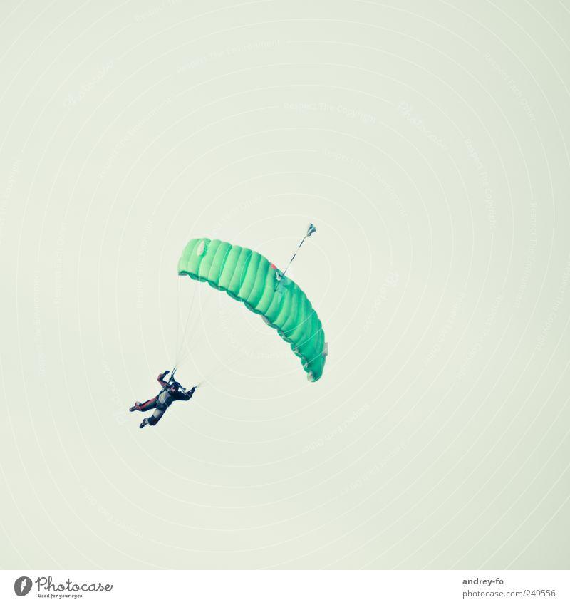 Fallschirmspringer. 1 Mensch Wolkenloser Himmel Luftverkehr Flugplatz fliegen grün Tapferkeit Mut Sport Fallschirmspringen fallen leicht Schweben Sportler