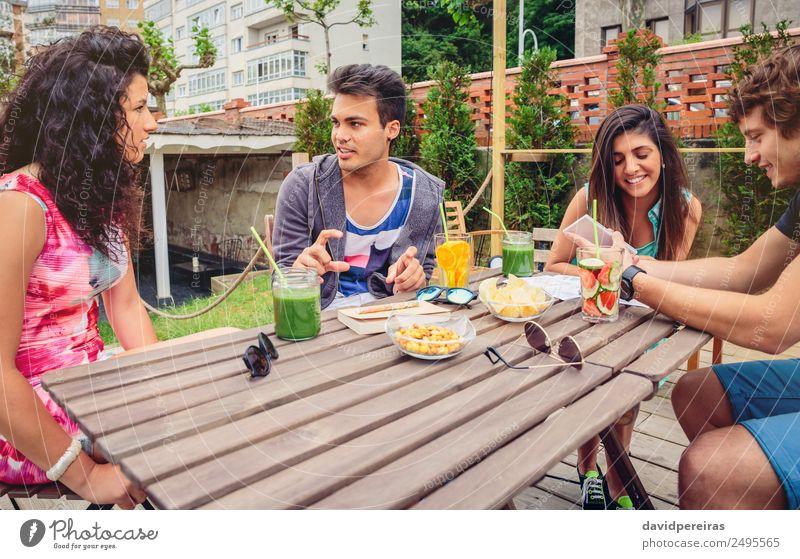 Gruppe von Menschen, die Spaß an einem Sommertag haben. Gemüse Frucht Getränk Lifestyle Freude Glück schön Freizeit & Hobby Ferien & Urlaub & Reisen Garten