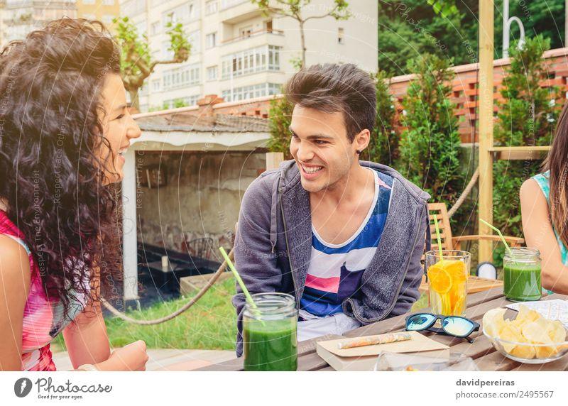 Junges Paar, das an einem Sommertag Spaß hat. Gemüse Frucht Getränk Lifestyle Freude Glück schön Freizeit & Hobby Ferien & Urlaub & Reisen Garten Tisch sprechen