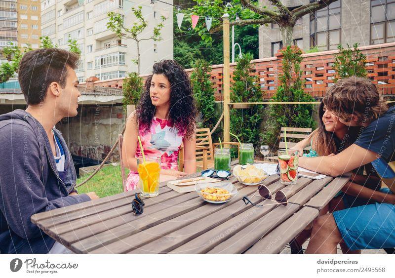 Gruppe von Menschen, die Spaß an einem Sommertag haben. Gemüse Frucht Getränk Lifestyle Freude Glück schön Freizeit & Hobby Ferien & Urlaub & Reisen Tisch