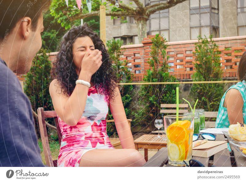Junge Frau lacht mit Freundin an einem Sommertag. Gemüse Frucht Getränk Lifestyle Freude Glück schön Freizeit & Hobby Ferien & Urlaub & Reisen Garten Tisch