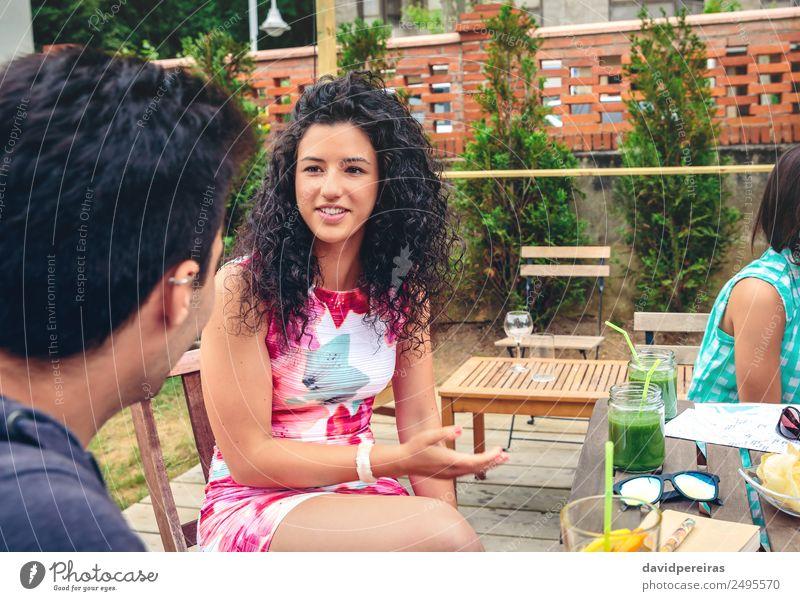 Junge Frau im Gespräch mit Freundin an einem Sommertag Gemüse Frucht Getränk Lifestyle Freude Glück schön Freizeit & Hobby Ferien & Urlaub & Reisen Garten Tisch