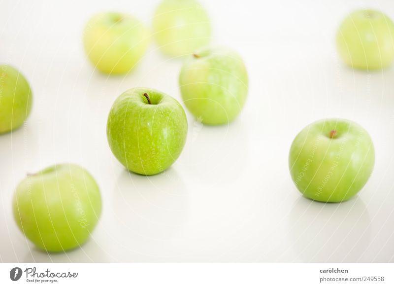 apples Lebensmittel Frucht grün weiß Gesundheit frisch lecker Apfel High Key leicht Farbfoto mehrfarbig Innenaufnahme Detailaufnahme Menschenleer