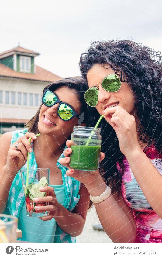 Zwei Frauen mit Sonnenbrille, die im Freien Bio-Getränke trinken. Gemüse Frucht Ernährung Diät Saft Lifestyle Glück Sommer Mensch Erwachsene Natur genießen