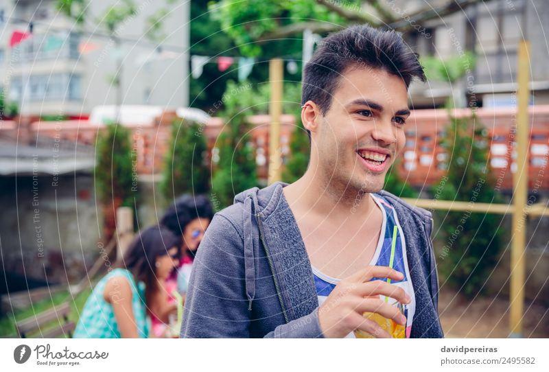 Junger Mann hält ein Glas mit infundiertem Wassercocktail im Freien. Frucht Getränk Saft Lifestyle Freude Glück Freizeit & Hobby Sommer Garten Tisch Mensch Frau