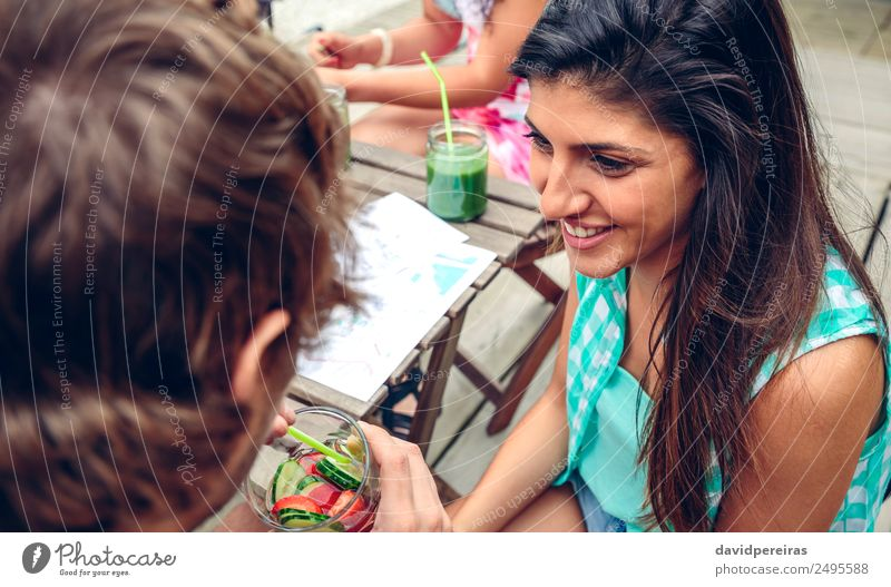 Frau Mensch Mann Sommer grün Freude Erwachsene Lifestyle Gefühle Glück Garten Paar Zusammensein Freundschaft Frucht Freizeit & Hobby