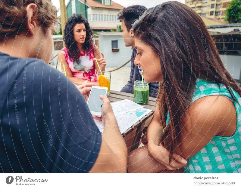 Junges Paar, das im Sommer im Freien ein Smartphone sucht. Gemüse Frucht Getränk Lifestyle Freude Glück Freizeit & Hobby Garten Tisch Telefon PDA