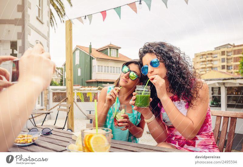 Frau Sommer schön grün Freude Erwachsene Lifestyle lachen Glück Garten Paar Feste & Feiern Zusammensein Freundschaft Frucht Freizeit & Hobby