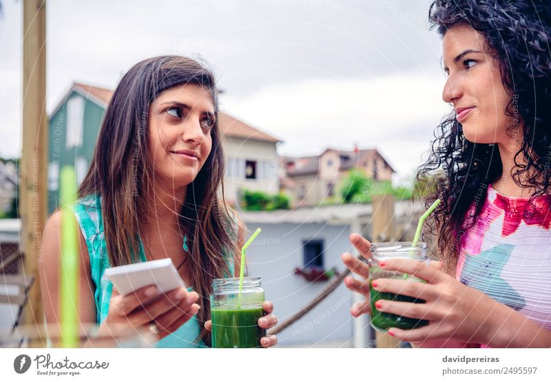 Frau Mensch Natur Sommer grün Erwachsene Lifestyle natürlich Gefühle Glück Frucht Ernährung Technik & Technologie frisch Lächeln authentisch