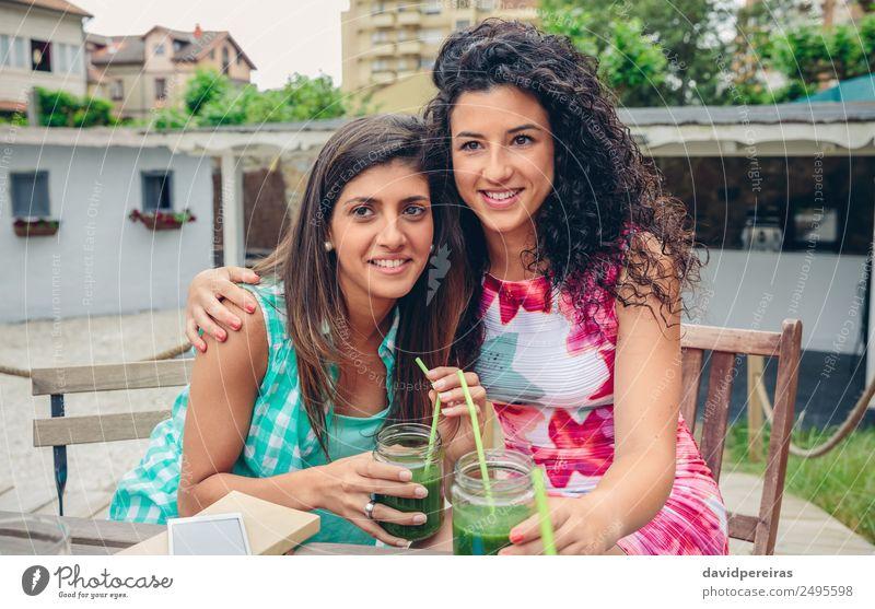 Frau Mensch Natur Sommer grün Freude Erwachsene Lifestyle natürlich Gefühle Glück Zusammensein Freundschaft Frucht Freizeit & Hobby frisch
