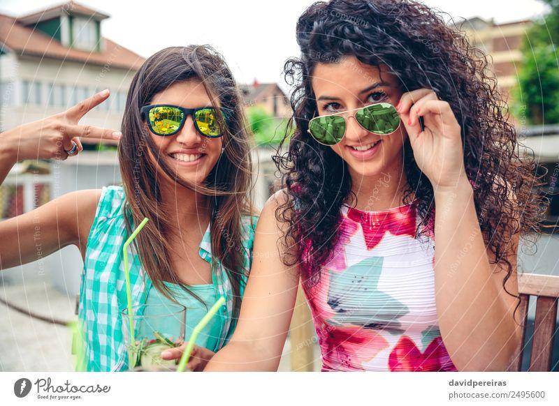 Zwei Frauen mit Sonnenbrille und Smoothies schauen auf die Kamera. Gemüse Frucht Getränk Saft Lifestyle Freude Glück Freizeit & Hobby Sommer Erfolg Mensch
