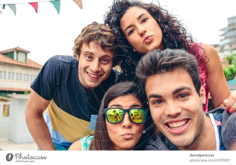 Junge glückliche Menschen, die bei einer Sommerparty im Freien in die Kamera schauen Lifestyle Freude Glück Freizeit & Hobby Ferien & Urlaub & Reisen