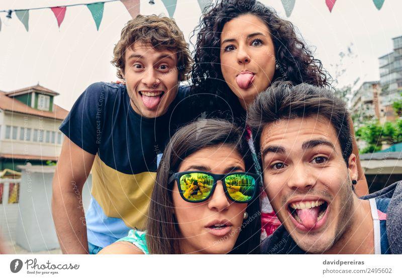 Junge Leute haben Spaß beim Sommerfest im Freien. Lifestyle Freude Glück Freizeit & Hobby Ferien & Urlaub & Reisen Feste & Feiern Fotokamera Mensch Frau