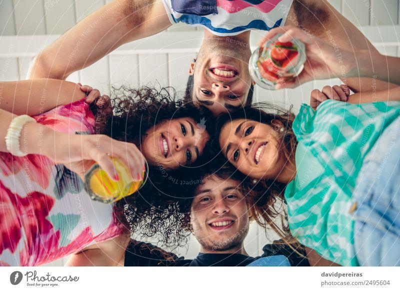 Junge Menschen mit gemeinsamen Köpfen, die Spaß haben. Frucht Getränk Alkohol Lifestyle Freude Glück schön Freizeit & Hobby Sommer Feste & Feiern Frau