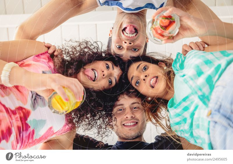 Junge Menschen mit gemeinsamen Köpfen, die Spaß haben. Frucht Getränk Alkohol Lifestyle Freude Glück schön Freizeit & Hobby Sommer Feste & Feiern sprechen Frau