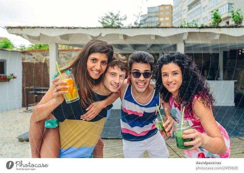 Junge Leute haben Spaß beim Sommerfest im Freien. Gemüse Frucht Getränk Alkohol Lifestyle Freude Glück Freizeit & Hobby Ferien & Urlaub & Reisen Garten