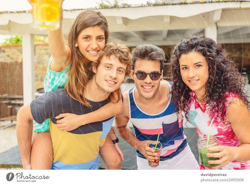 Gruppe junger Menschen, die Spaß am Sommerfest haben. Gemüse Frucht Getränk Alkohol Lifestyle Freude Glück schön Freizeit & Hobby Ferien & Urlaub & Reisen