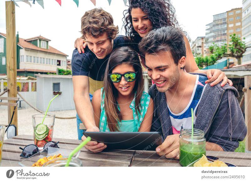 Junge, glückliche Menschen, die Tabletten über Tische schauen. Frucht Getränk Lifestyle Freude Glück Freizeit & Hobby Sommer Garten Feste & Feiern