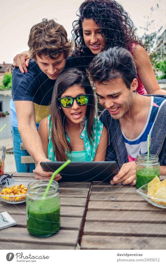 Frau Mann Sommer grün Freude Erwachsene Lifestyle lachen Glück Garten Feste & Feiern Menschengruppe Zusammensein Freundschaft Frucht Freizeit & Hobby