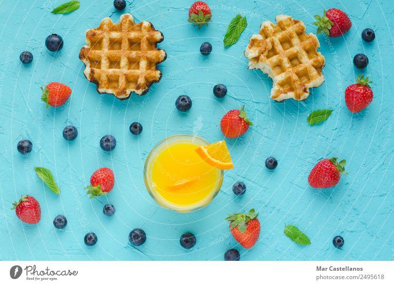 Waffeln, rote Beeren, Minzblätter und Orangensaft Frucht Dessert Ernährung Frühstück Mittagessen Vegetarische Ernährung Diät Lifestyle Sommer Tisch schreiben