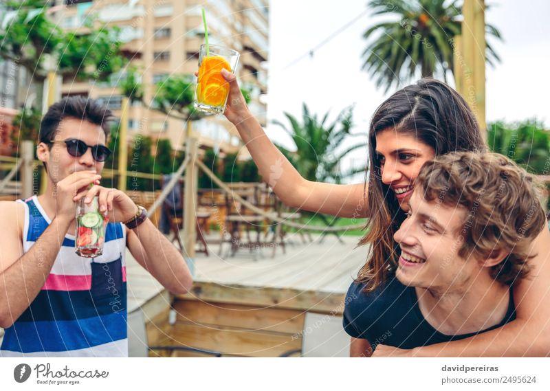 Junge Leute tanzen und Spaß haben auf dem Sommerfest Gemüse Frucht Getränk Alkohol Lifestyle Freude Glück schön Freizeit & Hobby Garten Musik Tanzen