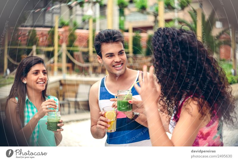Junge Leute lachend und trinkend auf dem Sommerfest Gemüse Frucht Getränk Lifestyle Freude Glück Freizeit & Hobby Ferien & Urlaub & Reisen Garten Feste & Feiern