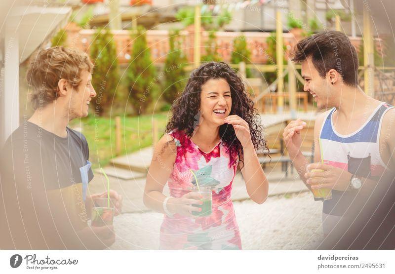 Gruppe junger Leute, die beim Sommerfest lachen. Gemüse Frucht Getränk Lifestyle Freude Glück schön Freizeit & Hobby Ferien & Urlaub & Reisen Garten