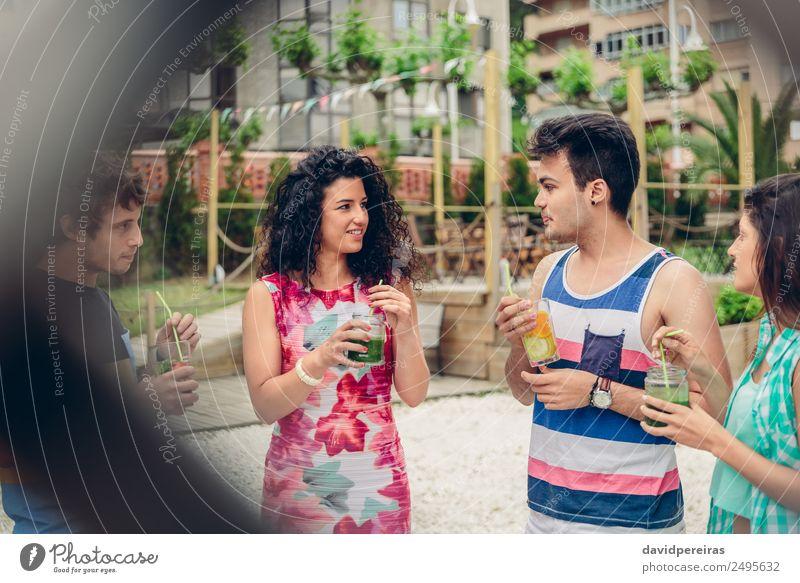 Junge Leute reden und trinken im Sommerfest Gemüse Frucht Getränk Lifestyle Freude Glück Freizeit & Hobby Ferien & Urlaub & Reisen Garten Feste & Feiern