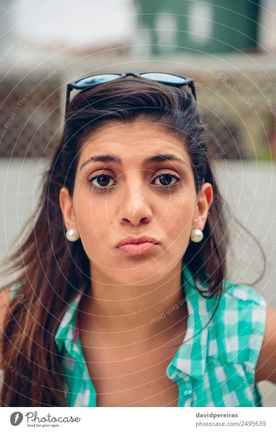 Fröhliche Frau, die einen Kuss vor der Kamera im Freien bläst. Lifestyle Freude Glück schön Gesicht Freizeit & Hobby Sommer Fotokamera Mensch Erwachsene Lippen