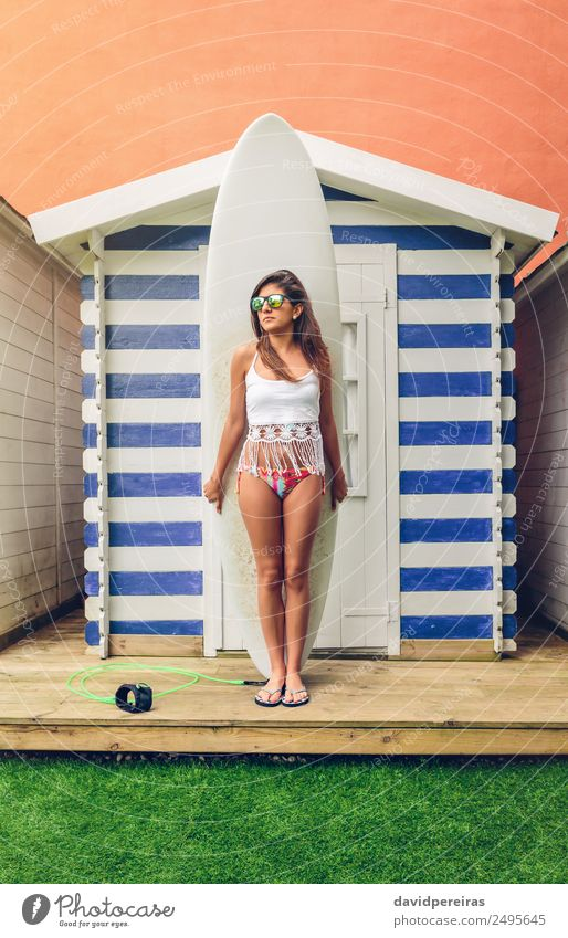 Surferin mit Top und Bikini hält Surfbrett. Lifestyle Freude Glück schön Freizeit & Hobby Ferien & Urlaub & Reisen Sommer Strand Meer Garten Sport Mensch Frau