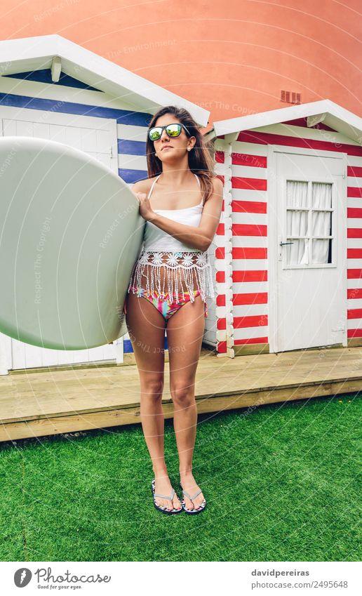 Junge Surferin mit Top und Bikini, die das Surfbrett hält. Lifestyle Freude Glück schön Freizeit & Hobby Ferien & Urlaub & Reisen Sommer Strand Meer Garten