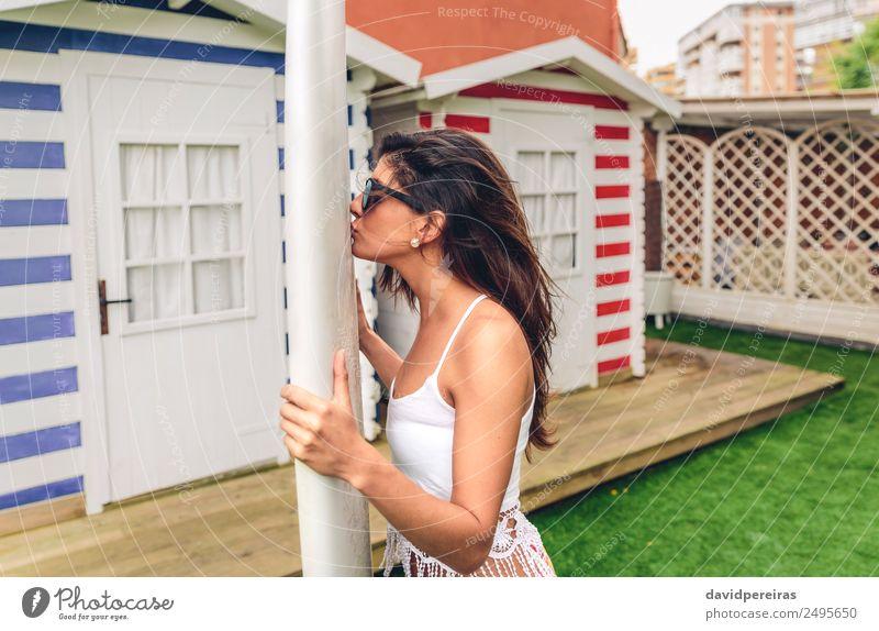 Junge Surferin mit Top und Bikini küssendes Surfbrett Lifestyle Freude Glück schön Freizeit & Hobby Ferien & Urlaub & Reisen Sommer Strand Meer Garten Sport