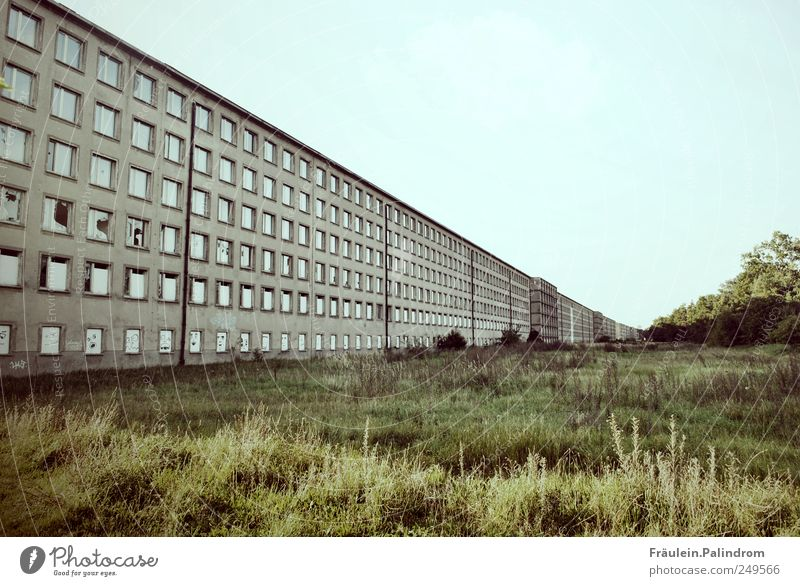 Grenzenlosigkeit? alt blau Einsamkeit kalt Wand Fenster Mauer Gebäude braun Fassade groß trist bedrohlich Wandel & Veränderung Vergänglichkeit Unendlichkeit