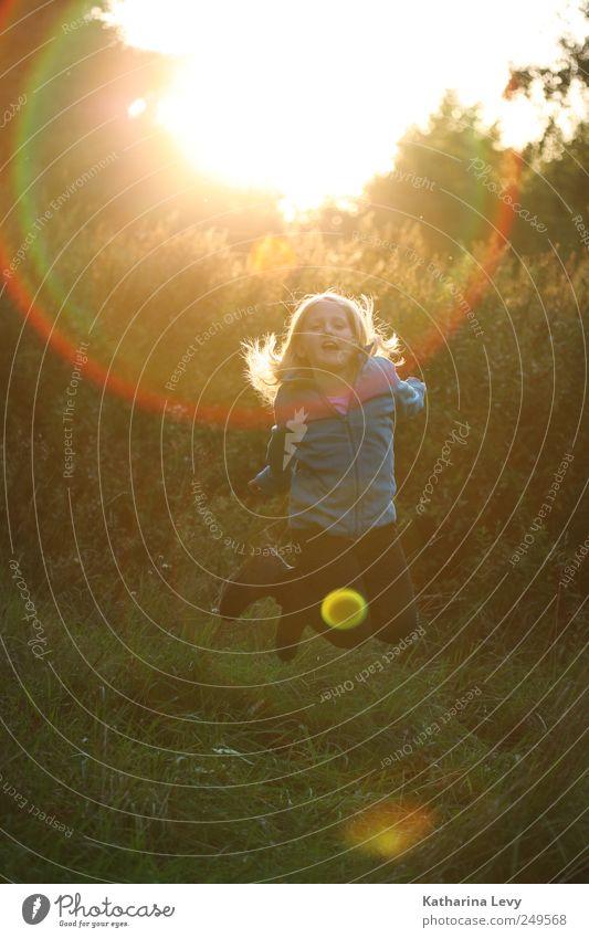 herbst! Mensch Kind grün Mädchen Freude gelb Spielen Freiheit Bewegung Wärme springen Kindheit Kraft fliegen Ausflug hoch