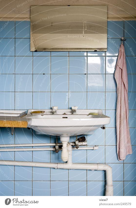 Badezimmer Renovieren Umzug (Wohnungswechsel) einrichten Raum Spiegel Stein Linie Streifen alt Billig ästhetisch Einsamkeit Ordnung rein Verfall Vergangenheit