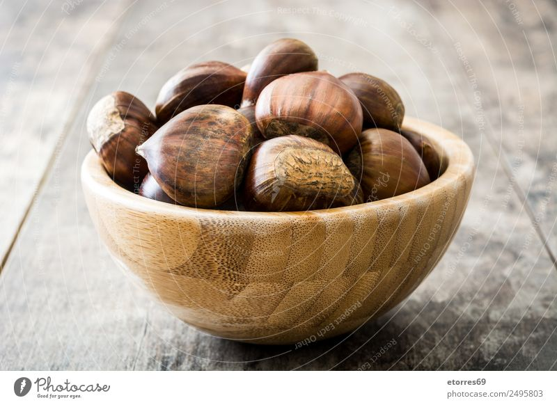 Kastanien Lebensmittel Frucht Ernährung Bioprodukte Vegetarische Ernährung Schalen & Schüsseln Herbst frisch gut braun getrocknet Jahreszeiten Holztisch roh