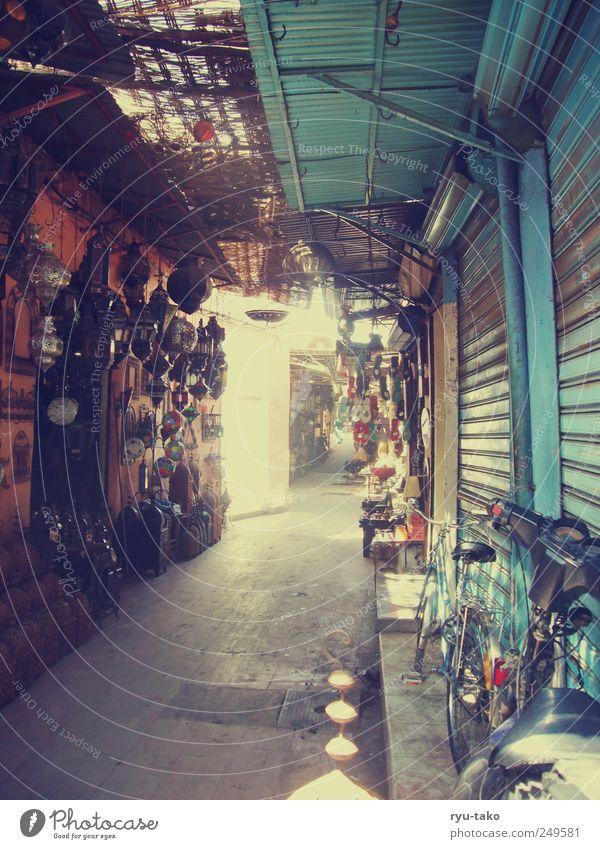 bazar Stadt Menschenleer Marktplatz Ferne retro mehrfarbig stagnierend Stimmung Basar Durchgang Lampe hell Tor Ladengeschäft Marrakesch Marokko Gang Handel