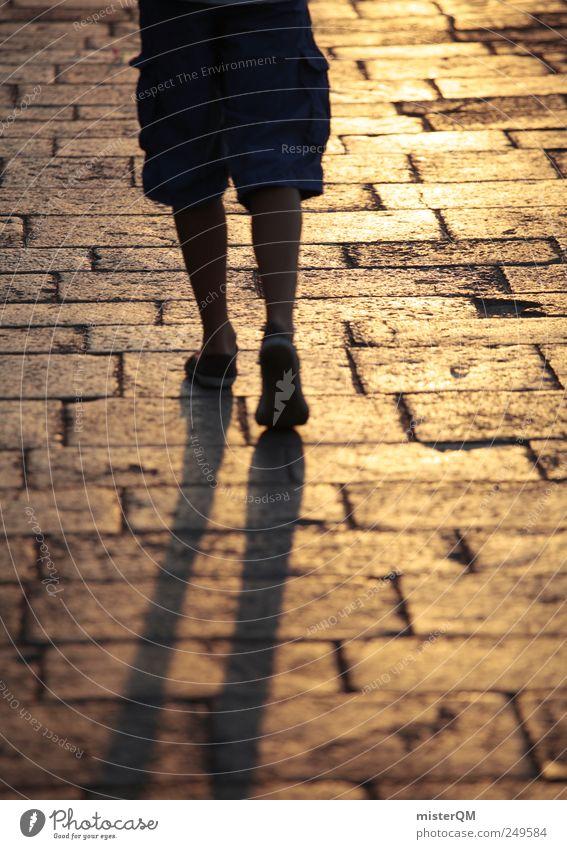 Goldfuß. Kunst ästhetisch gold laufen Laufsport gegen gehen Hoffnung ungewiss Beine Pflastersteine Boden vorwärts Reflexion & Spiegelung Schatten Farbfoto
