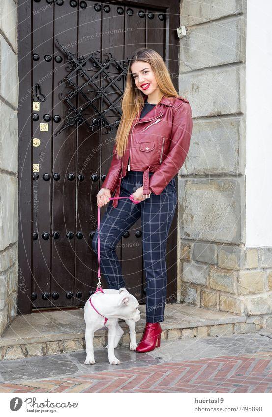 Schönes blondes Mädchen schön Mensch feminin Junge Frau Jugendliche Erwachsene Freundschaft 18-30 Jahre Mode Tier Haustier Hund Lächeln Umarmen Freundlichkeit