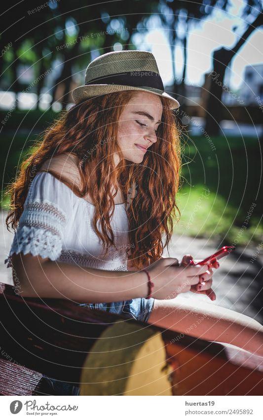 Porträt der jungen, schönen Rothaarigen Lifestyle elegant Stil Glück Handy Mensch feminin Junge Frau Jugendliche Erwachsene 1 18-30 Jahre Natur Garten Park Mode