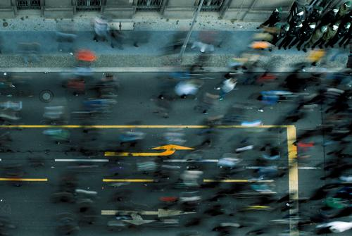 bewegung Mensch laufen Politische Bewegungen Laufsport Völker Pfeil Richtung Meinung Menschenmenge Politik & Staat Frustration Vogelperspektive protestieren