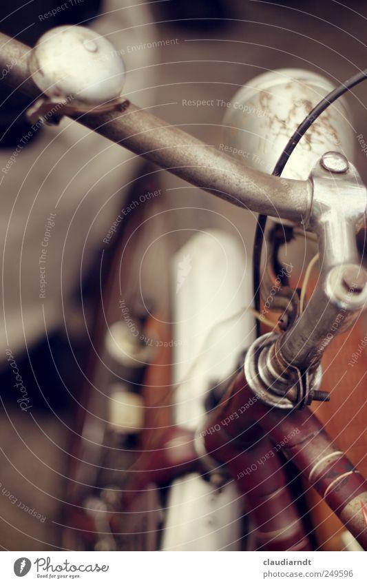 Trödelrad Fahrrad alt rot Fahrradlenker Fahrradlicht Klingel Rost Dynamo Schutzblech Fahrradrahmen Metall Stahl gebraucht Farbfoto Außenaufnahme Detailaufnahme