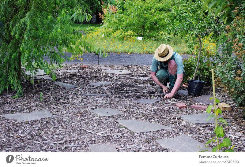 Gartenarbeit. Mensch Natur Mann Pflanze Blume Erwachsene Landschaft Wiese Wege & Pfade Sand Park Erde Arme maskulin Sträucher