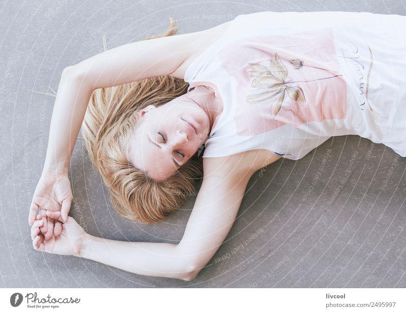 entspannende Yogastunde Lifestyle schön Körper Fitness Erholung ruhig Meditation Mensch feminin Frau Erwachsene Weiblicher Senior 1 45-60 Jahre T-Shirt blond
