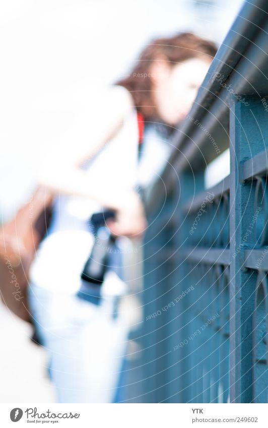 Motivscouting Mensch Frau Erwachsene Kopf Freizeit & Hobby Arme Fotografie Brücke Lifestyle beobachten Fotokamera Beruf Geländer entdecken Reichtum Interesse