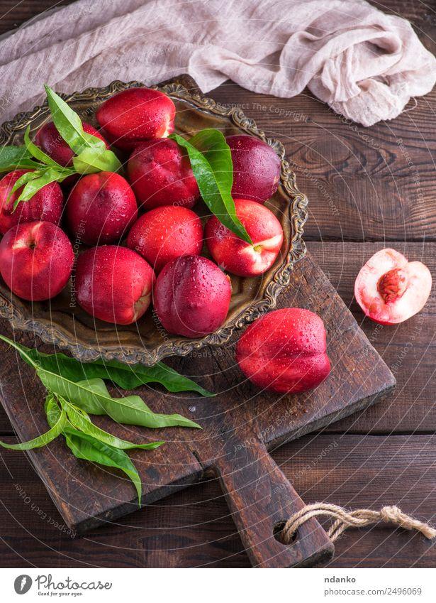 rote reife Pfirsiche Nektarine Frucht Dessert Ernährung Teller Tisch Holz Essen frisch oben saftig braun Hintergrund Lebensmittel Gesundheit süß roh ganz