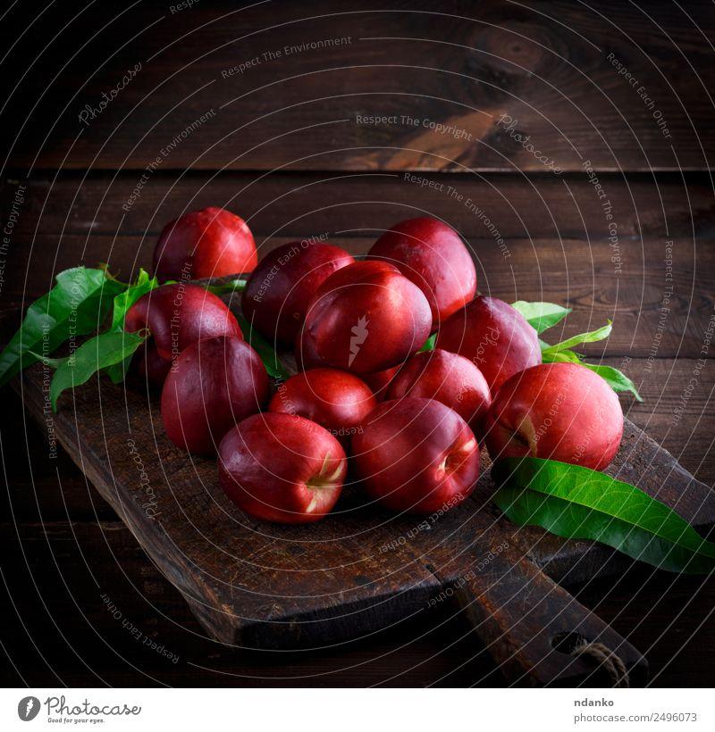 rote reife Pfirsiche Nektarine Frucht Dessert Ernährung Sommer Tisch Holz frisch saftig braun Hintergrund Lebensmittel Gesundheit süß roh ganz geschmackvoll
