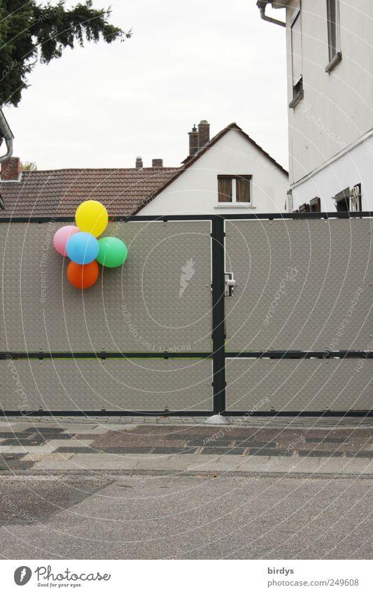 Kampf der Grauzone Haus Eingangstor Dachgiebel Straße Bürgersteig Feste & Feiern leuchten trist mehrfarbig grau Hoffnung Kindheit Häusliches Leben Luftballon
