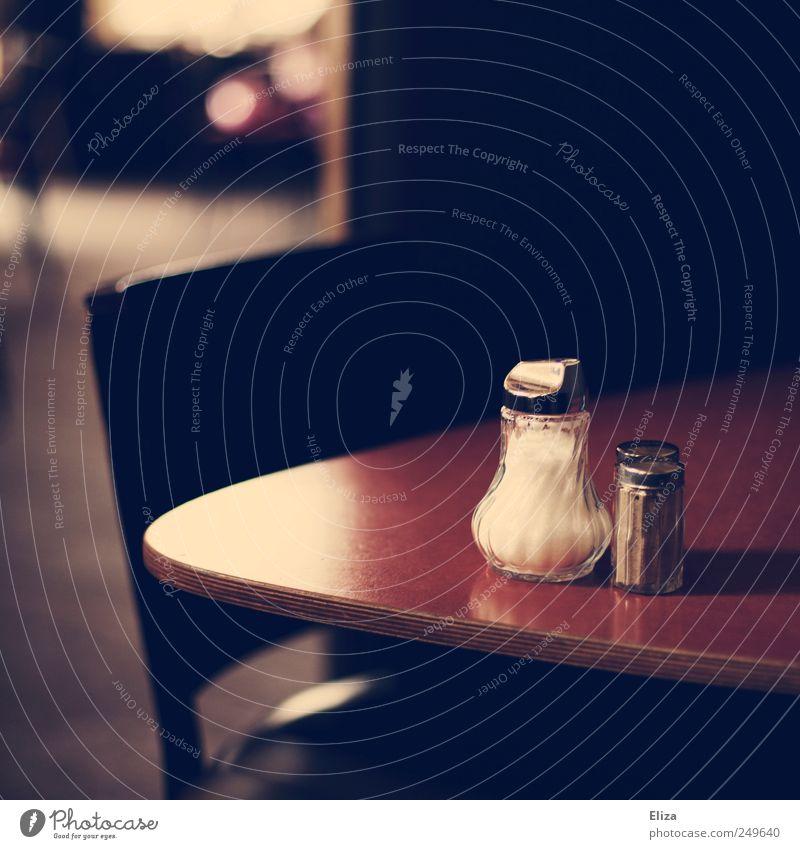 Tisch in einem Gastronomiebetrieb schön Salzstreuer Stuhl Café Restaurant Stimmung Zuckerstreuer Gedeckte Farben Innenaufnahme Menschenleer Textfreiraum oben